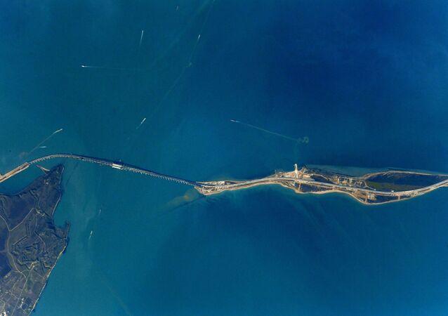 Scatto del Ponte della Crimea fatto dall'astronauta Anton Shkaplerov dal bordo dell'ISS.