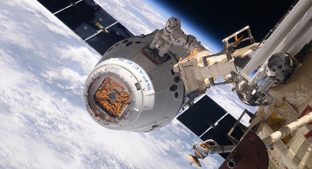 La navicella cargo SpaceX Dragon si aggancia all'ISS (foto d'archivio)
