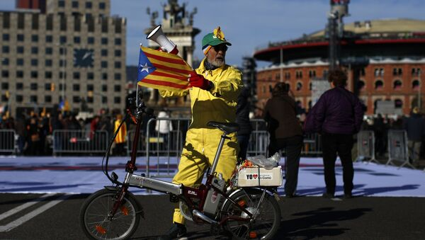 A man with an 'Estelada', the pro-independence Catalan flag, attached to his bicycle attends a concert in support of the politicians and civil leaders imprisoned at the Plaza Espanya square in Barcelona, Sunday, Dec. 3, 2017 - Sputnik Italia