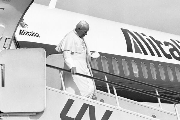 Il Papa Giovanni Paolo II sta scendendo da un aereo dell'Alitalia all'aeroporto di Vilnius - Sputnik Italia