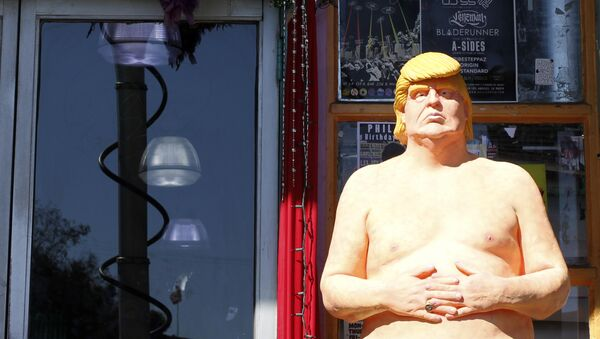 In this Aug. 18, 2016 photo, a statue of presidential hopeful Donald Trump is placed outside a shop in the Hollywood section of Los Angeles. - Sputnik Italia