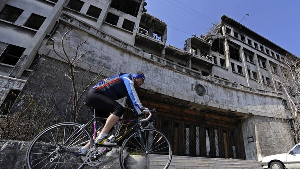 A man rides his bike on March 22, 2009 past the building of the former federal Interior Ministry in Belgrade, which was destroyed during the 1999 NATO air campaign against Serbia and Montenegro - Sputnik Italia