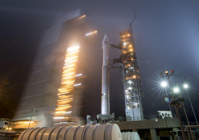 il lancio del razzo Atlas-V con la sonda Insight
