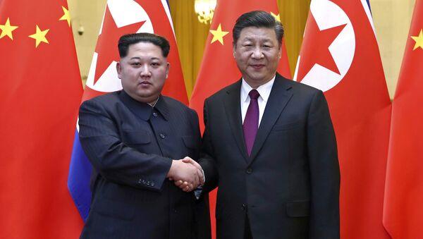 Il leader della Corea del Nord Kim Jong Un e il presidente cinese Xi Jinping. - Sputnik Italia