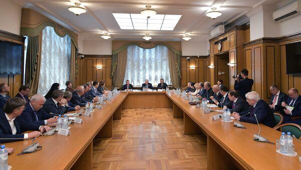 Il candidato al premier della Russia Dmitry Medvedev ha incontrato i deputati della frazione Russia Giusta nella Duma - Sputnik Italia