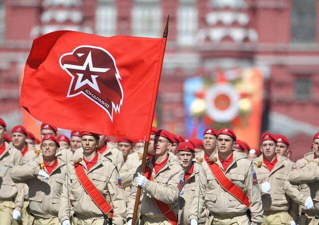 Sfilano ora sul porfido della Piazza Rossa i rappresentanti del movimento giovanile militare-patriottico YUNARMIA.