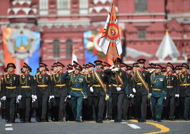 Sfilano sulla Piazza Rossa i giovani cadetti dell'accademia Suvorov di Tver.