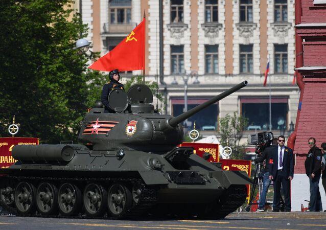 Sulla Piazza Rossa il simbolo della Vittoria della Grande Guerra Patriottica: il leggendario carro armato T-34.