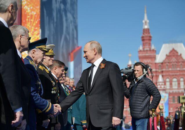 Il presidente Putin scende dalle tribune sulla piazza e saluta uno ad uno i comandanti dei reggimenti che hanno sfilato.