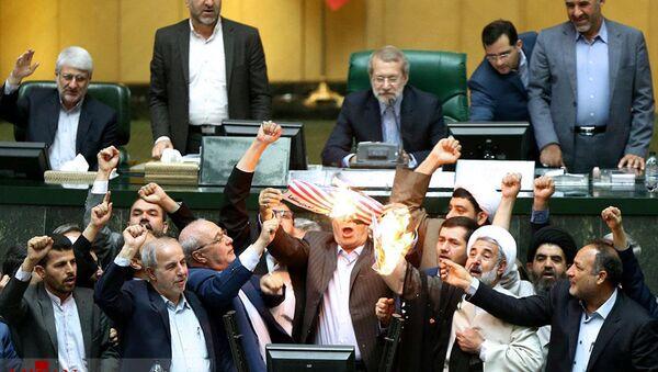 Legislatori iraniani bruciano la bandiera degli Usa dopo il ritiro di Washington dall'accordo nucleare - Sputnik Italia