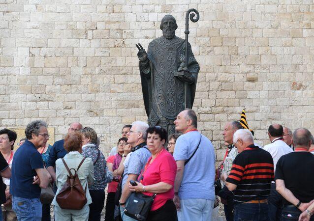 Bari, passanti davanti alla basilica di San Nicola