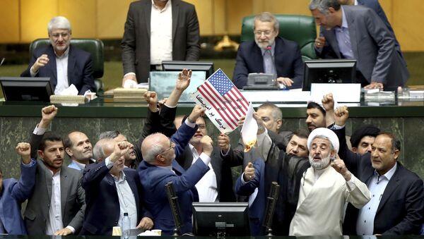 Le immagini della bandiera statunitense e dell'accordo nucleare vengono bruciate nel parlamento dell'Iran - Sputnik Italia