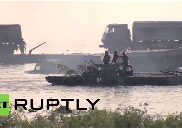 Russia: esercitazioni delle truppe anfibie in un lago.