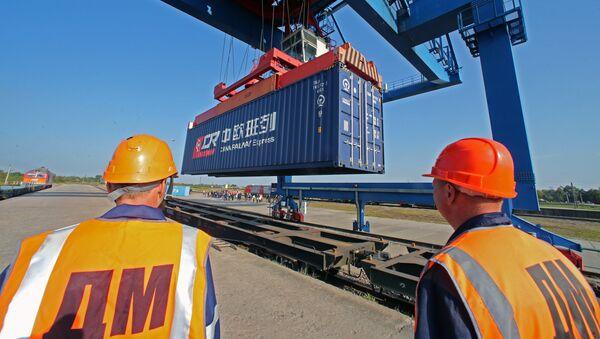 II trasbordo dei container dei carrelli di un treno arrivato in Polonia. - Sputnik Italia