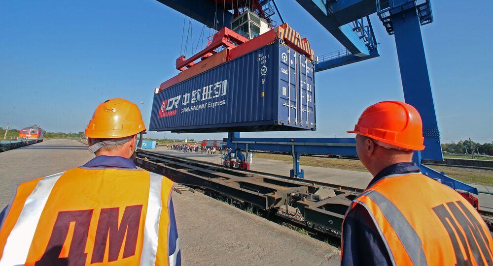 II trasbordo dei container dei carrelli di un treno arrivato in Polonia.