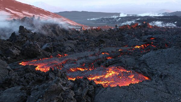 A side breakthrough eruption of Volcano Plosky Tolbachik in Kamchatka - Sputnik Italia