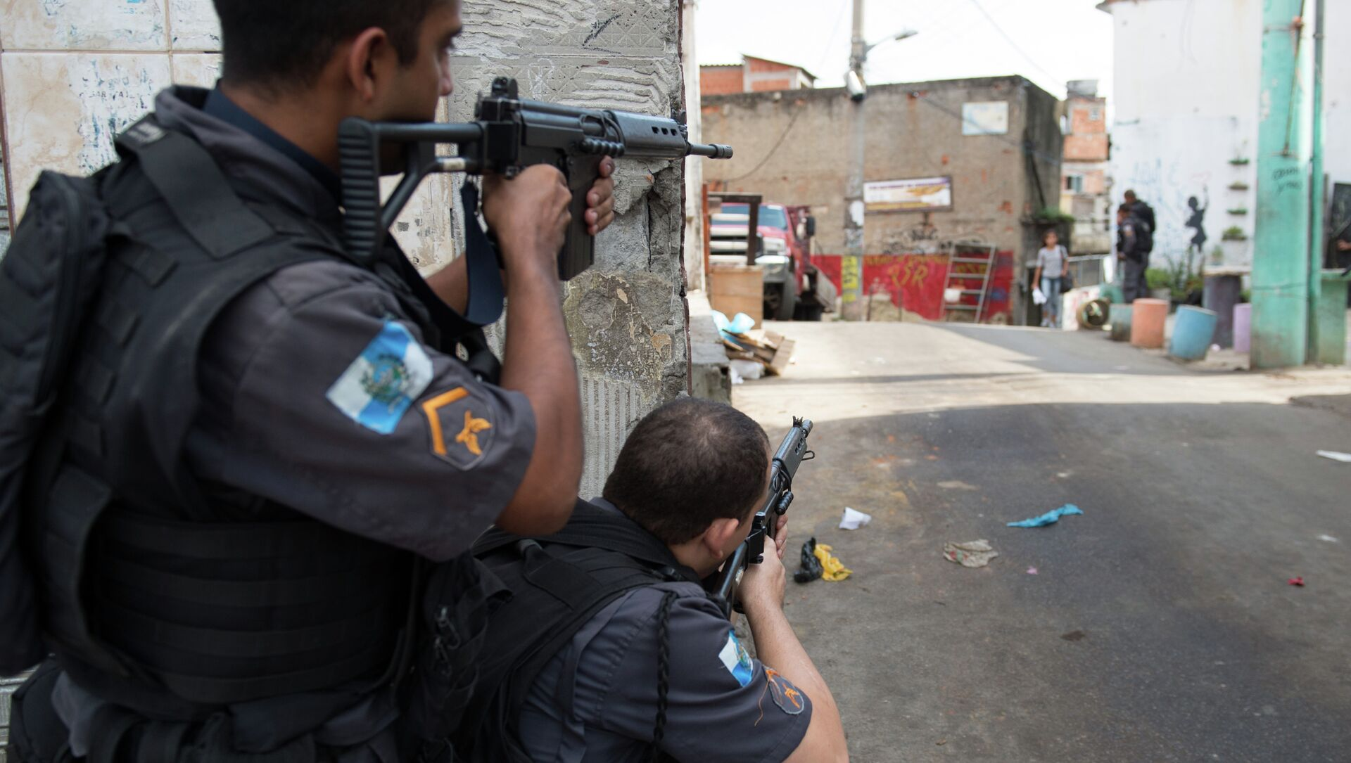 PM militarized police personnel patrol the Chuveirinho favela after an exchange of fire between traffickers and police in the Alemao shantytown complex in Rio de Janeiro, Brazil, on March 24 , 2015 - Sputnik Italia, 1920, 07.05.2021