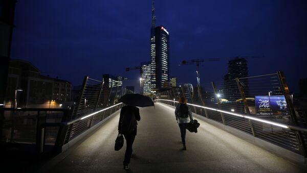 Milano, la passerella che conduce al quartier generale di Unicredit - Sputnik Italia