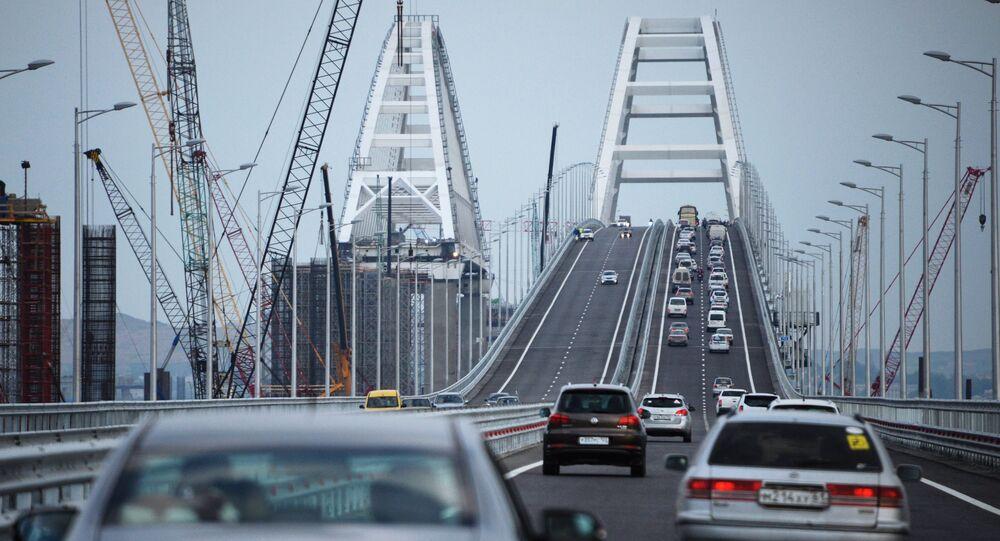 Macchine sul ponte di Crimea