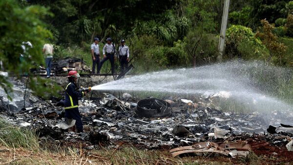 Firefighters work in the wreckage of a Boeing 737 plane that crashed in the agricultural area of Boyeros, around 20 km (12 miles) south of Havana, shortly after taking off from Havana's main airport in Cuba, May 18, 2018. - Sputnik Italia