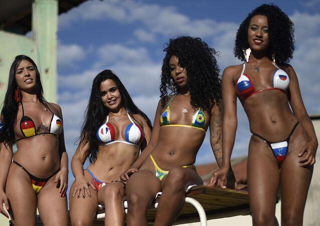 Le ragazze indossano i bikini colorati come le bandiere di alcuni paesi partecipanti ai Mondiali, Brasile.
