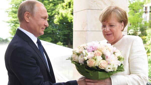 Putin regala un mazzo di fiori ad Angela Merkel - Sputnik Italia