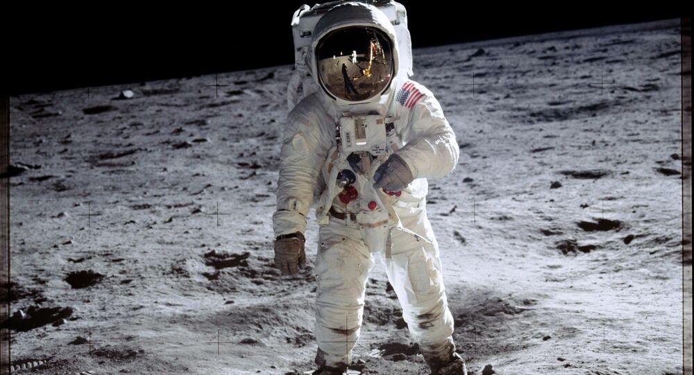 Astronauta Buzz Aldrin sulla Luna durante la missione Apollo 11.