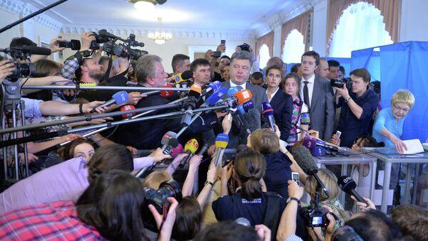 Petro Poroshenk parla ai media dopo aver votato a Kiev il 25 maggio 2014. - Sputnik Italia