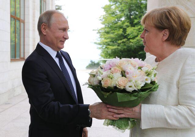 Putin regala fiori alla Merkel a Sochi