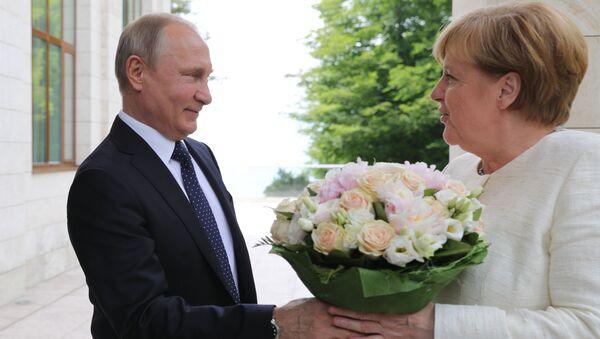 Президент РФ Владимир Путин и федеральный канцлер ФРГ Ангела Меркель во время встречи в Сочи - Sputnik Italia