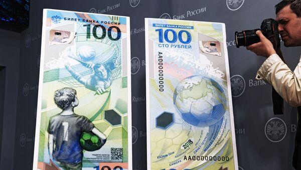Banconota da 100 rubli dedicata ai Mondiali di Russia 2018 - Sputnik Italia