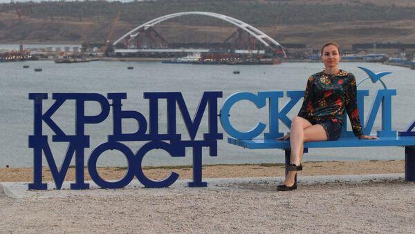 Девушка на скамейке с надписью Крымский мост на горе Митридат в Керчи - Sputnik Italia