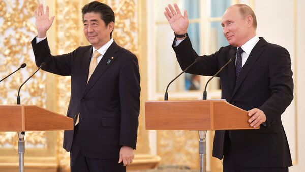 Russian President Vladimir Putin with Japanese Prime Minister Shinzo Abe - Sputnik Italia