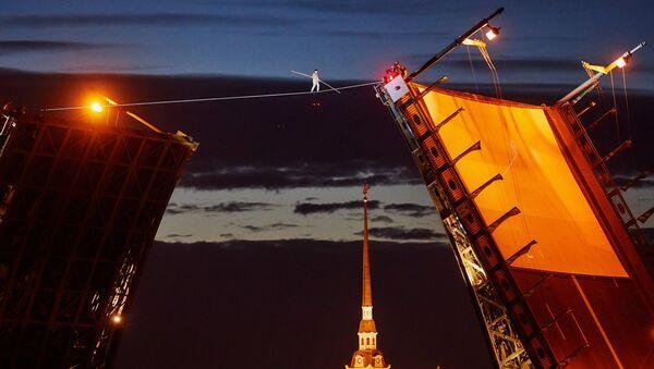 San Pietroburgo: funambolo cammina su corda su ponte levatoio aperto - Sputnik Italia
