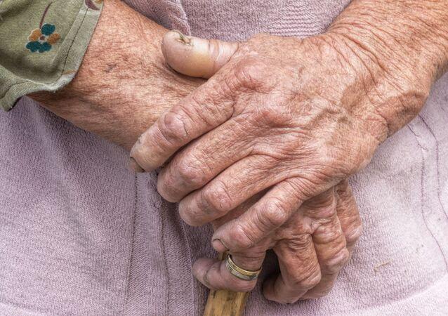 Mani di donna anziana