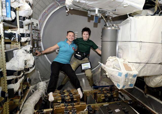 Samantha Cristoforetti insieme alla collega russa Elena Serov