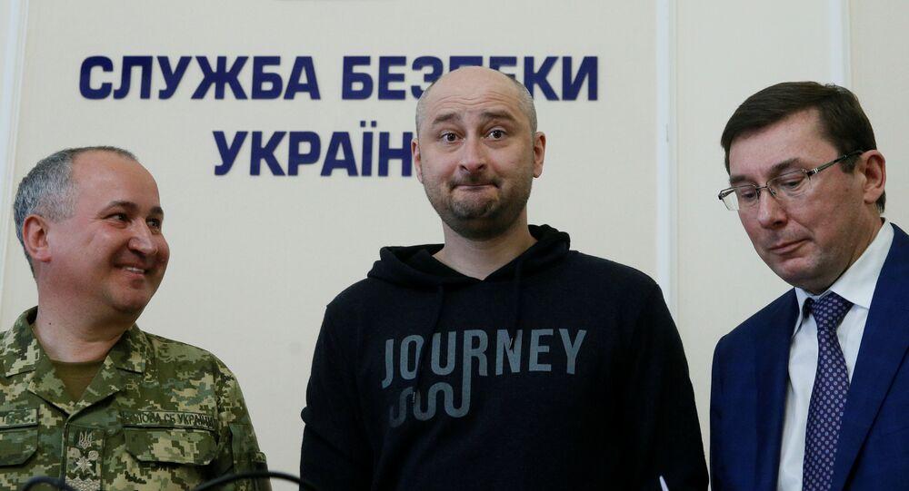 Giornalista russo Arkady Babchenko (al centro) il giorno dopo il suo omicidio che risulta di essere una messa in scena degli Sbu.