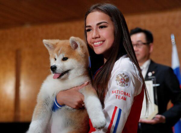 La figurista russa Alina Zagitova ha ricevuto come regalo un cucciolo di Akita Inu dalla delegazione giapponese. - Sputnik Italia