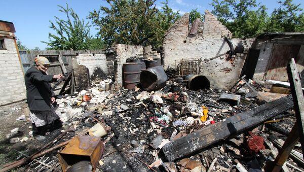 Le conseguenze di un bombardimento di una casa a Dokuchaevsk, regione di Donetsk. - Sputnik Italia