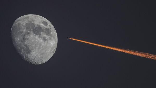 La Luna e un aereo al tramonto. - Sputnik Italia