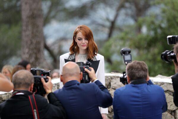 L'attrice Emma Stone si fa fotografare allo show Louis Vuitton Cruise 2019 collection a Saint-Paul-de-Vence, Francia. - Sputnik Italia