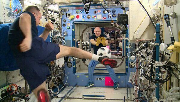 I cosmonauti del Roscosmos Anton Shkaplerov e Oleg Artemjev giocano a calcio alla Stazione spaziale internazionale. - Sputnik Italia