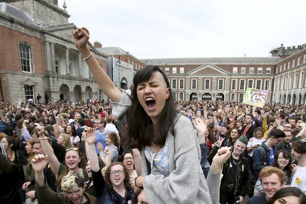 I sostenitori del movimento Yes celebrano i risultati del referendum sugli aborti, Dublino. - Sputnik Italia