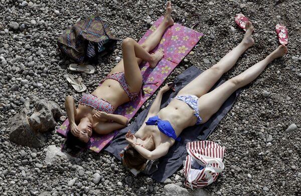 Donne si abbronzano durante la gran prix di Formula 1 in Monaco. - Sputnik Italia