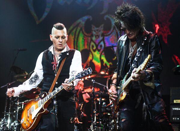 L'attore Johnny Depp e il ghitarista di Aerosmith Joe Perry si esibiscono a Mosca. - Sputnik Italia