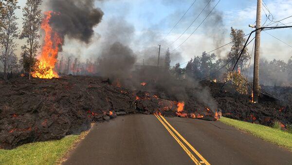 Lava advances along a street near a fissure in Leilani Estates, on Kilauea Volcano's lower East Rift Zone, Hawaii, the U.S., May 5, 2018 - Sputnik Italia