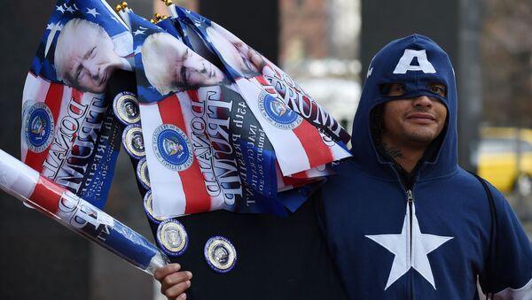 Uomo vestito da Captain America vende bandiere a Washington - Sputnik Italia