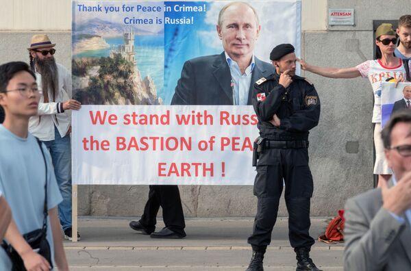 I cittadini austriaci sostengono Vladimir Putin durante il suo incontro con il presidente dell'Austria Alexander Van der Bellen a Vienna. - Sputnik Italia