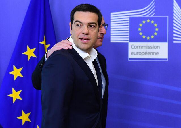 Il premier greco Alexis Tsipras con il presidente della Commisione Europea Jean-Claude Juncker durante il summit a Bruxelles, il 22 Giugno, 2015.