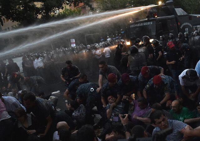Polizia disperde manifestanti a Erevan
